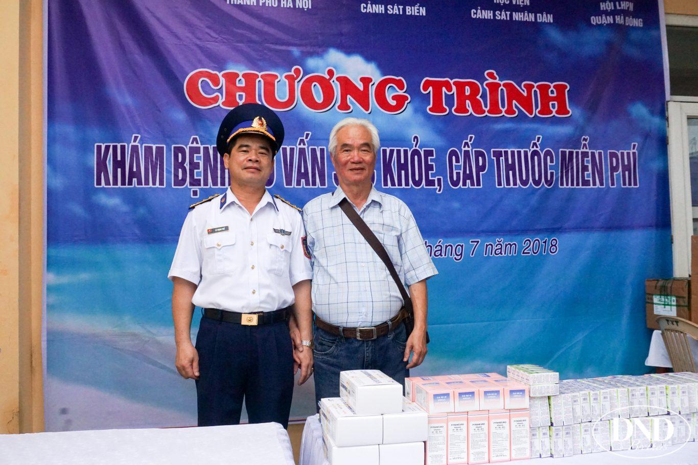 Bác sĩ Đặng Văn Quế, Phó Giám đốc Bệnh viện Mắt Quốc tế DND chụp ảnh kỳ niệm cùng lãnh đạo Bộ Tư lệnh Cảnh sát Biển
