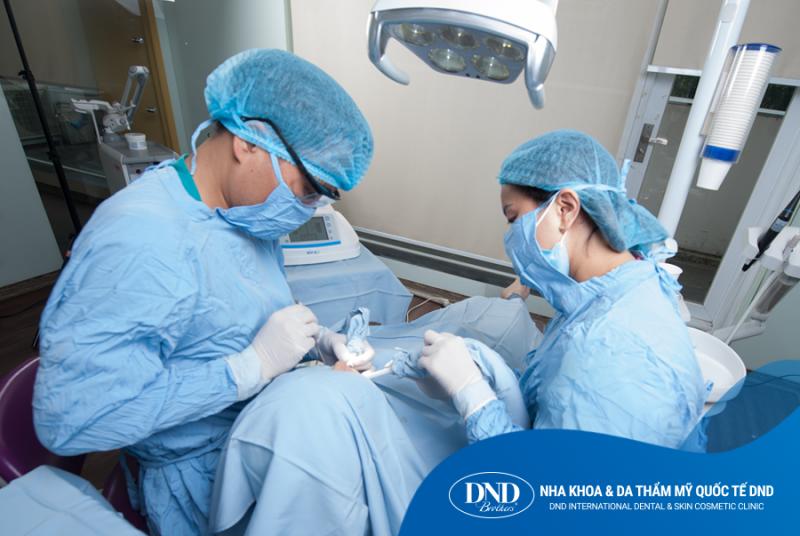 Bác sĩ Trần Hưng nhổ răng khôn tại Nha khoa Quốc tế DND
